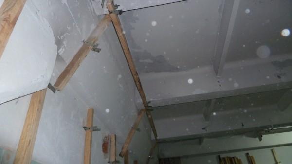 Первый брус подвесного потолка закреплен