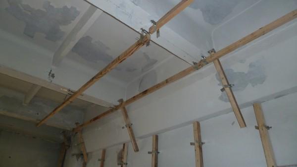 Если временно фиксировать направляющую в подвесе с помощью прутка, то можно сделать подвесной потолок одному