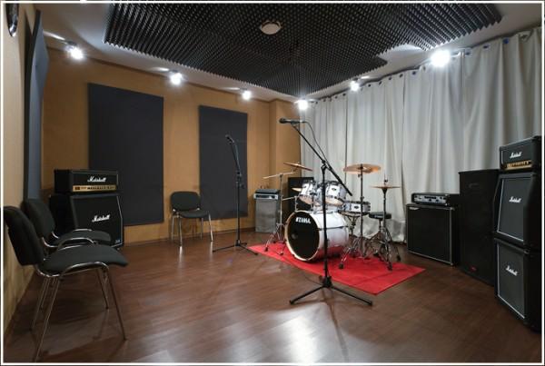 Бежевая комната репетиционной базы Легенда