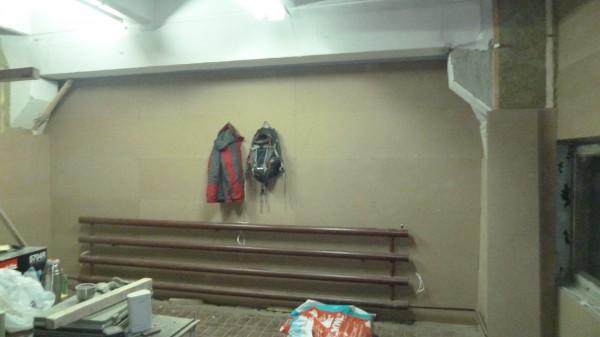 Полностью закрыть стену двумя слоями МДФ