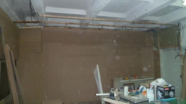 Стена закрыта МДФ до потолка