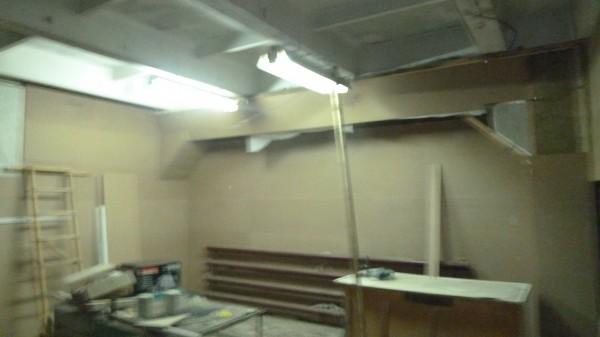 Закрыл потолочную балку по левой стене слоем звукоизоляции и МДФ