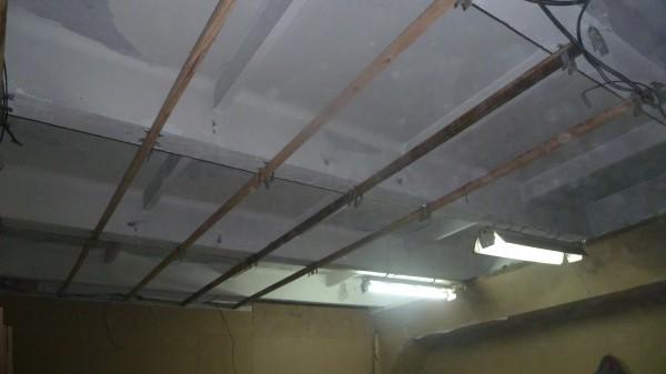 Деревянный брус крепился на потолочные балки через подвесы