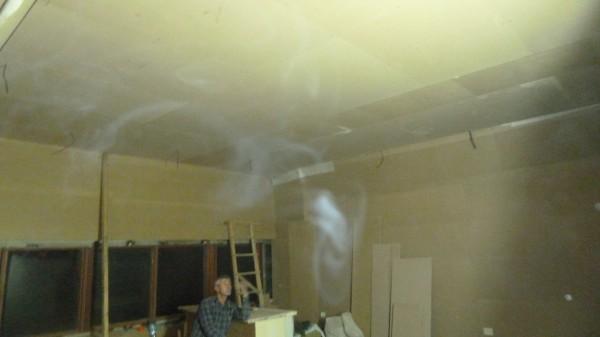 Потолок закончен, осталось закрепить ковролин