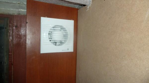 Вытяжной вентилятор установлен в оконную раму
