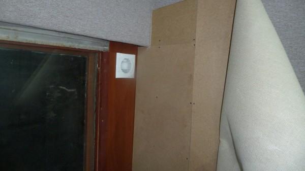 Встроил вытяжной вентилятор в оконную раму