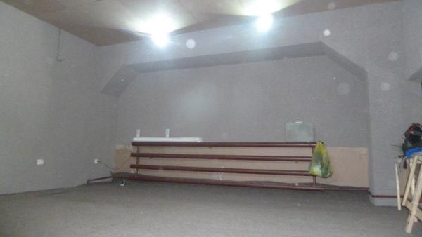 Для акустической отделки помещения используется ковролин