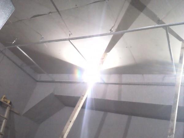 Монтаж первой направляющей потолка армстронг