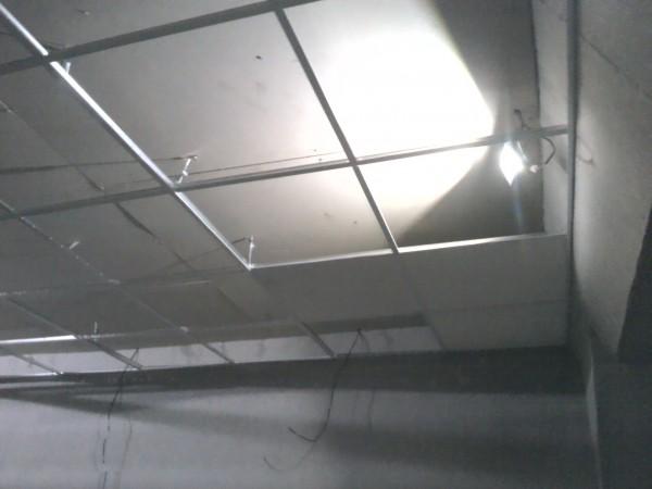Укладка первых плит подвесного потолка